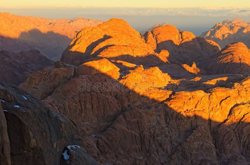 Sceniczny krajobraz halni szczyty podczas wschód słońca Synaj Halna góra Horeb, Gabal Musa, Mojżesz góra zdjęcie stock