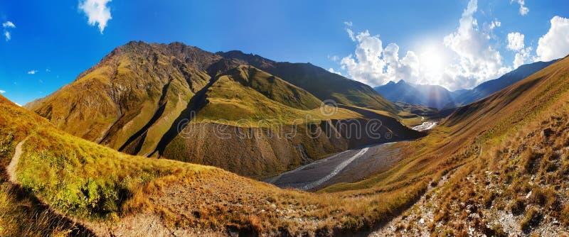 Sceniczny krajobraz lato ranek w Kaukaz g?rach S?o?ce w?a?nie iluminuje krajobraz i Trekking od Omalo zdjęcia stock