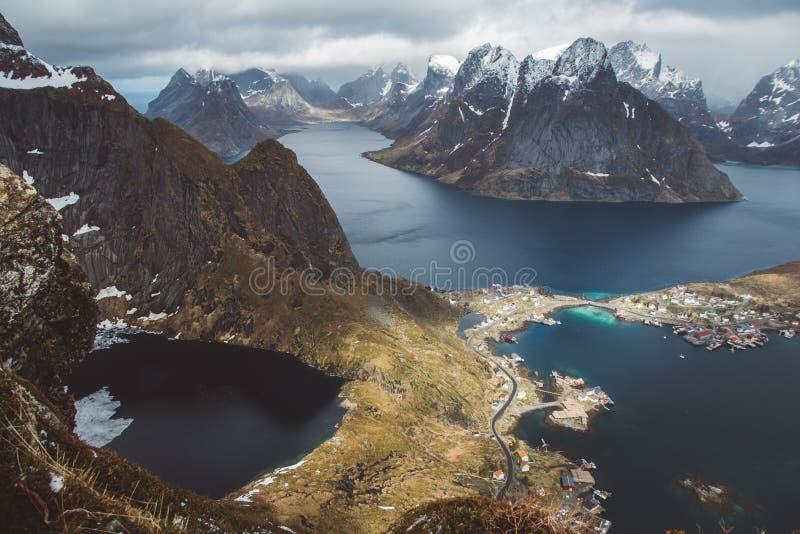 Sceniczny krajobraz Lofoten wyspy: szczyty, jeziora i domy, Reine wioska, rorbu, reinbringen fotografia stock