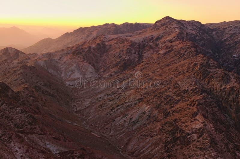 Sceniczny krajobraz w górach przy wschód słońca Zadziwiający widok od góra synaj góry Horeb, Gabal Musa, Mojżesz góra fotografia stock