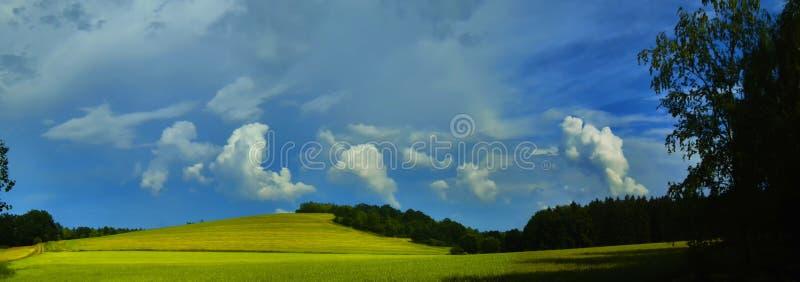 Sceniczny krajobraz z burzy chmurą w tle nad zielonymi rolnictw polami obrazy royalty free