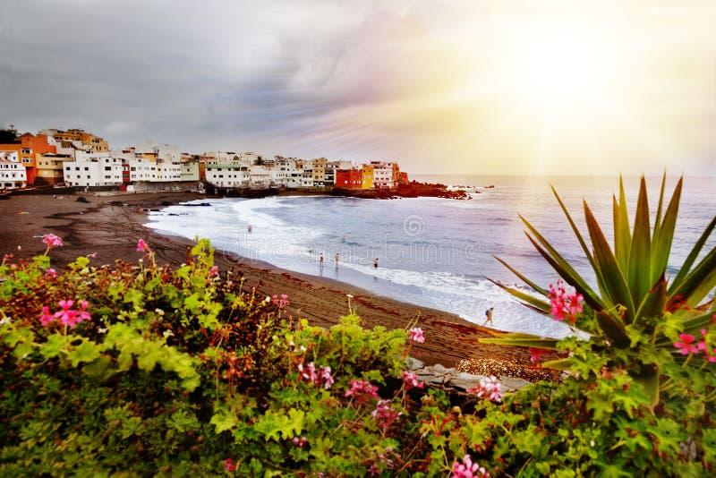 sceniczny krajobrazu Oszałamiająco widok plaża z czarnym piaskiem Puerto De La Cruz Tenerife, wyspy kanaryjskie zdjęcie royalty free
