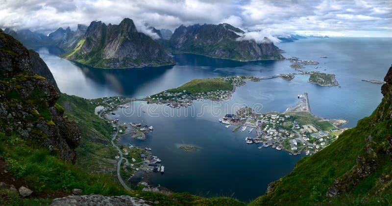 Sceniczny ptasi ` s oka widok malownicza wioska Reine i otaczający fjord Reinefjorden na Lofoten wyspach w Norwegia fotografia royalty free