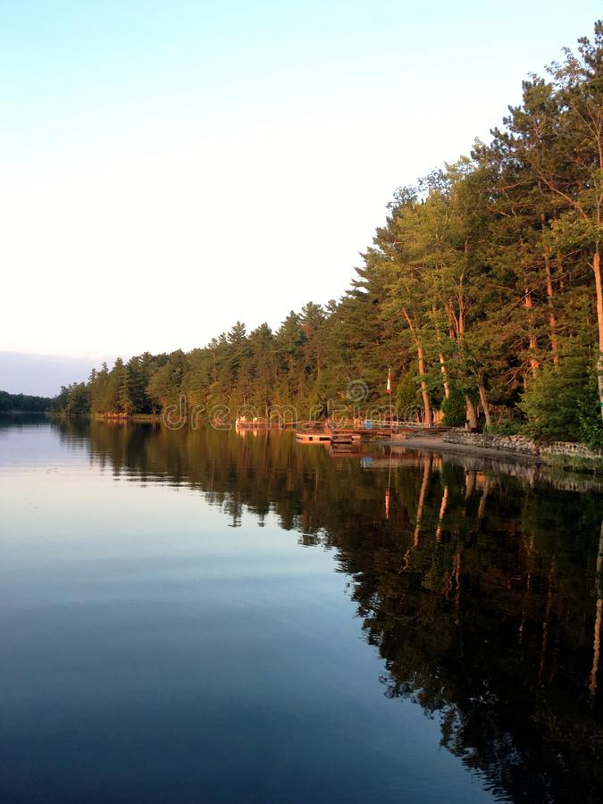 Sceniczny spokojny krajobraz przy Francuską rzeką w północnym Ontario z jeziorem i lasem obrazy stock