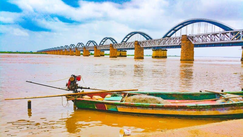 Sceniczny szeroki widok łękowaty kolejowy most na rzece zdjęcia stock