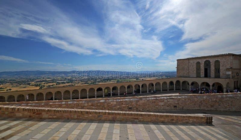 Sceniczny widok architektoniczni łuki w Assisi miasteczku zdjęcie stock