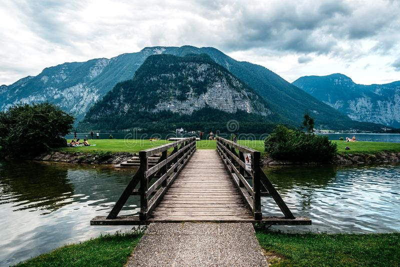 Sceniczny widok drewniany most w jeziorze przeciw górom zdjęcia stock