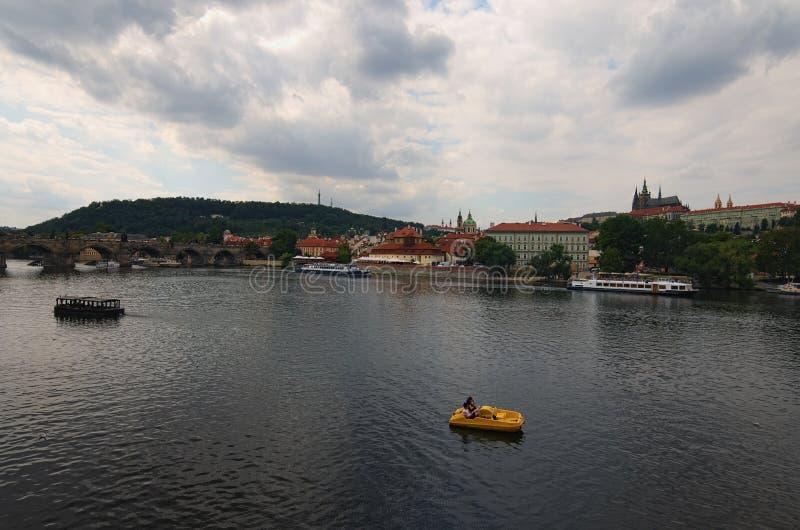 Sceniczny widok dziejowy centrum Praga, Charles mosta i Vltava rzeka, świętego Vitus katedra przy chmurnym letnim dniem zdjęcie royalty free