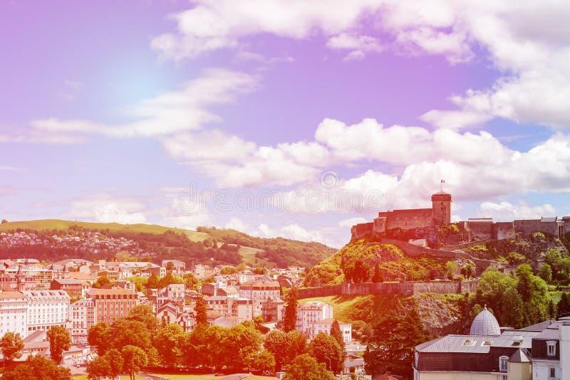 Sceniczny widok dziejowy pomnikowy górska chata fort w Lourdes, Pyrenees, Francja fotografia royalty free
