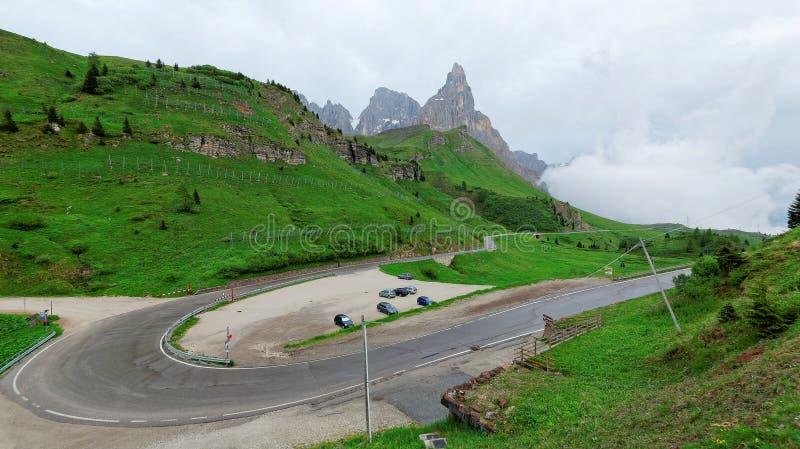 Sceniczny widok hairpin zwrot halna autostrada z niewygładzonym Cimon della Pala w tle zdjęcia stock