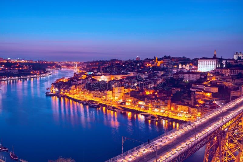 Sceniczny widok historyczny miasto Porto w półmroku, Portugalia obraz stock