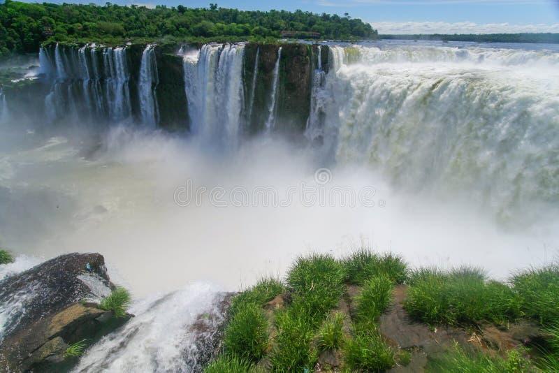 Sceniczny widok iguazu spadki w Argentyna, Brazylia i krajobrazie/ zdjęcie stock