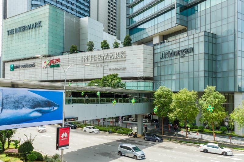 Sceniczny widok Intermark centrum handlowe Kuala Lumpur, ludzie konserwuje widzieć badać wokoło go zdjęcie royalty free