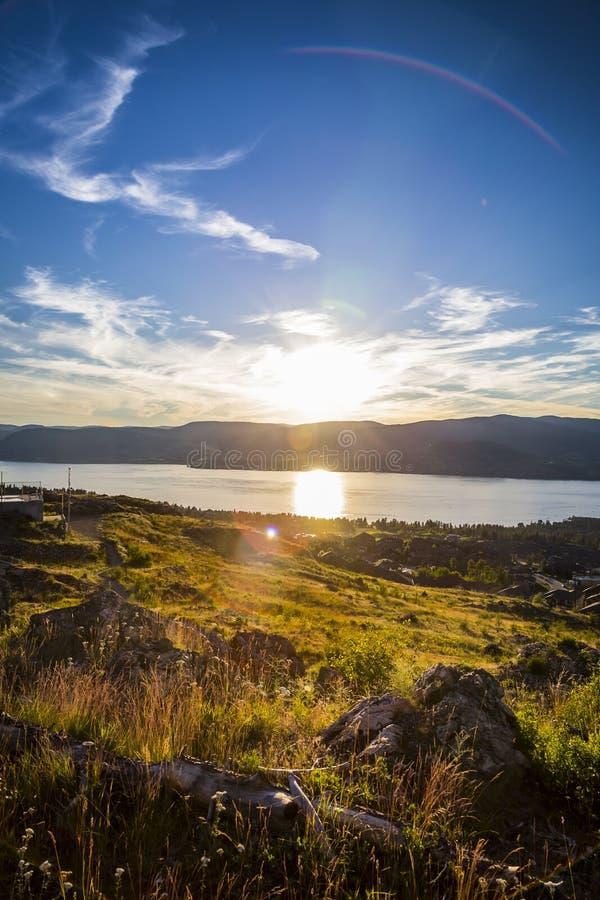 Sceniczny widok Kelowna i Okanagan doliny krajobraz przy zmierzchem zdjęcia stock