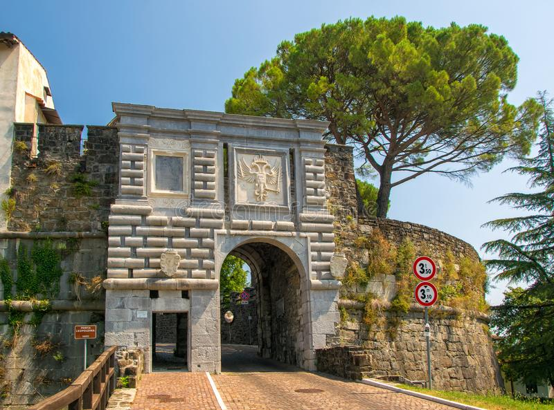 Sceniczny widok Leopoldina brama historyczny kasztel w Gorizia, Włochy obrazy royalty free