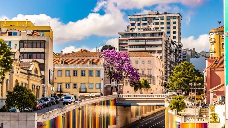 Sceniczny widok Lisbon Portugalia w pięknej słoneczny dzień dacie 20 może 2019, z miastowymi budynkami i Pięknym niebieskim niebe obrazy royalty free