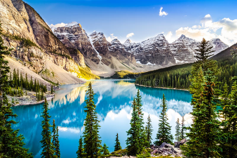 Sceniczny widok Morena jezioro i pasmo górskie, Alberta, Kanada zdjęcie stock
