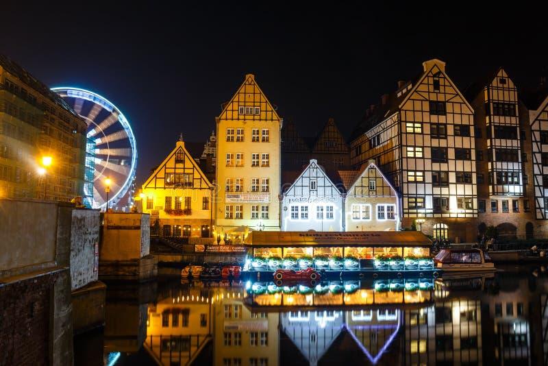 Sceniczny widok Motlawa rzeczny bulwar w dziejowej części Gdański przy nocą, Polska zdjęcia stock