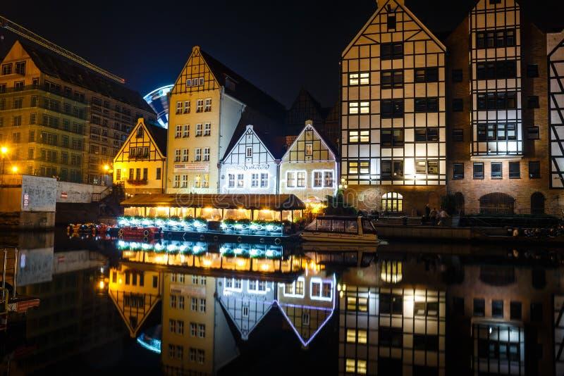 Sceniczny widok Motlawa rzeczny bulwar w dziejowej części Gdański przy nocą, Polska fotografia stock