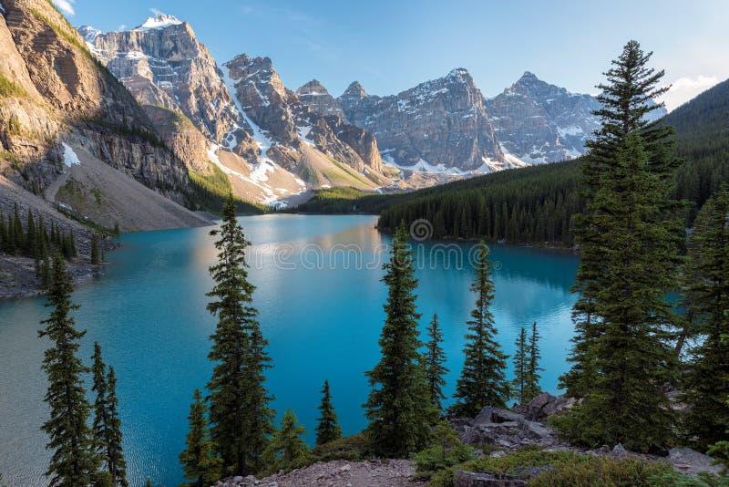 Sceniczny widok na Morena jeziorze w Kanadyjskich Skalistych górach obrazy royalty free