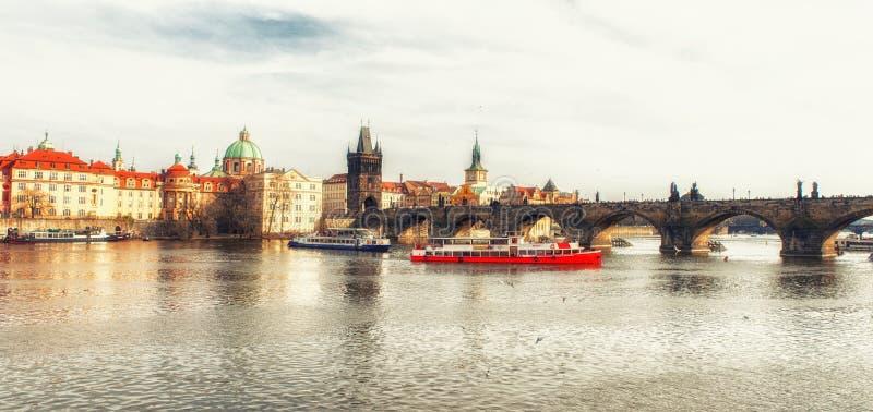 Sceniczny widok na Vltava rzece i dziejowym centrum Praga, buil obrazy stock