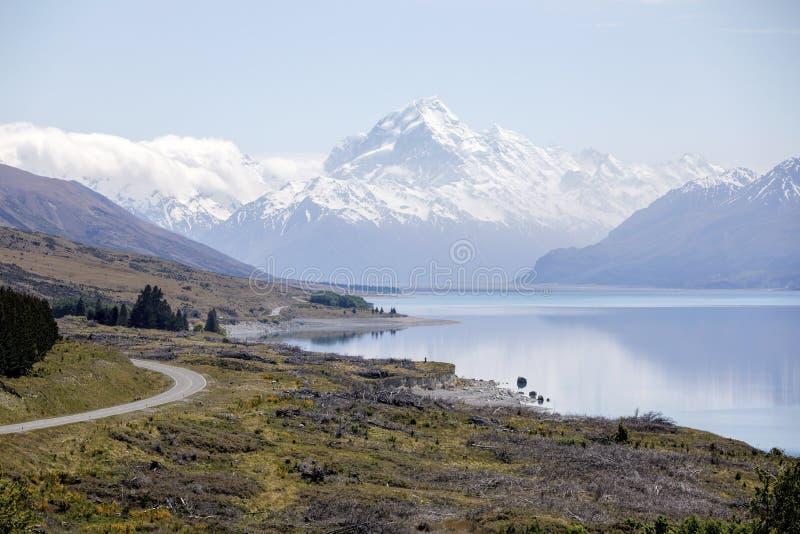 Sceniczny widok od Peter ` s punktu obserwacyjnego wzdłuż Jeziornego Pukaki Wspinać się Kucbarskiego parka narodowego, Nowa Zelan zdjęcie royalty free