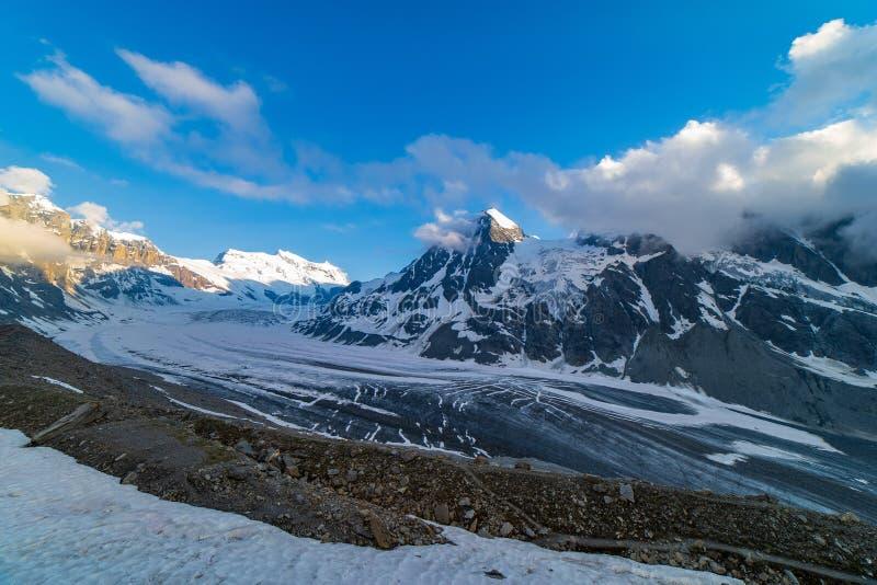 Sceniczny widok piękny krajobraz Szwajcarscy Alps z majestatycznym Lodowem De Corbassiere fotografia stock