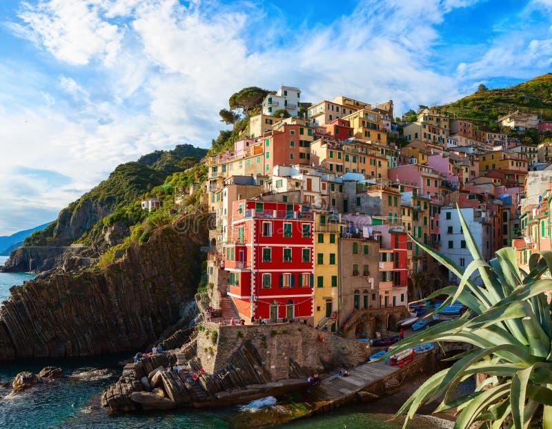 Sceniczny widok Riomaggiore z swój kolorowymi domami przy zmierzchem, Cinque Terre park narodowy, los angeles Spezia, Liguria, Wł zdjęcie royalty free