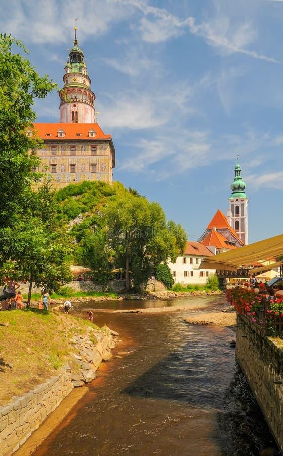 Sceniczny widok Vltava rzeka Jost kościelny, kasztel i St góruje w Cesky Krumlov, republika czech zdjęcie stock