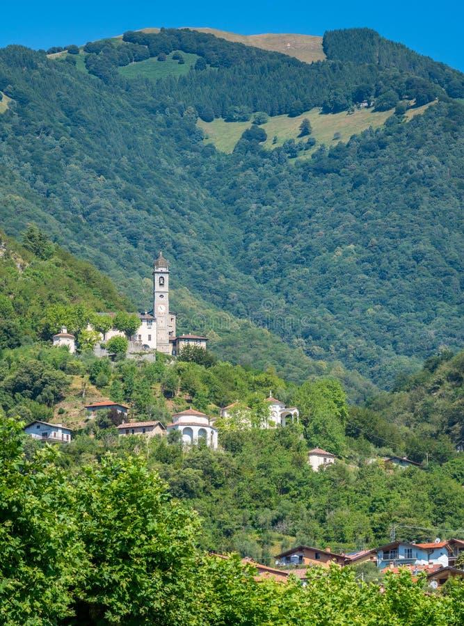 Sceniczny widok w Ossuccio, małej i pięknej wiosce przegapia Jeziornego Como, Lombardy Włochy obraz royalty free
