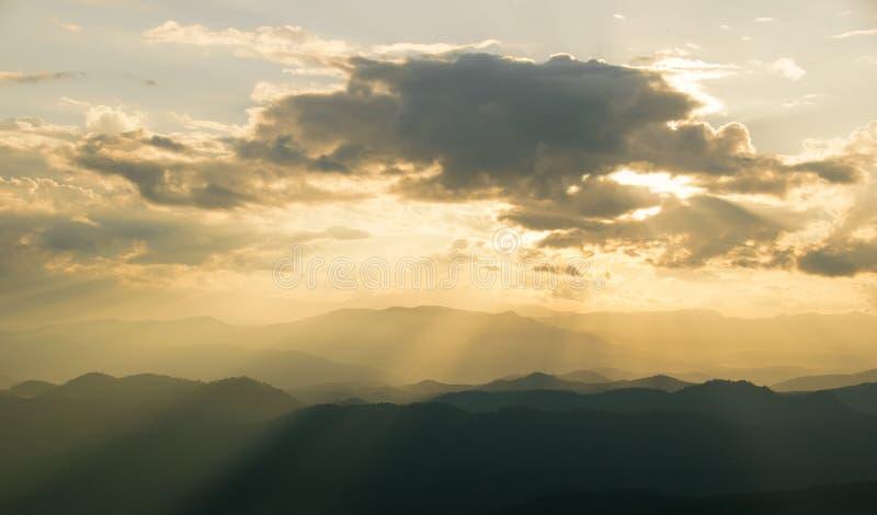 Sceniczny widok wschód słońca góry ablegruje wieczór przy północnym Thailand pasmem górskim fotografia royalty free
