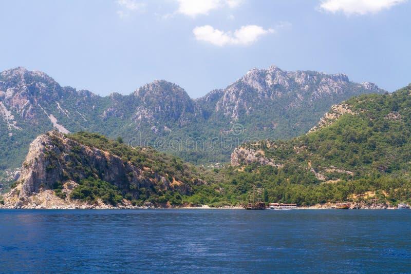 Sceniczny widok wyspy na morzu egejskim Unikalni cienie morze i skały zakrywający z sosnami obrazy stock