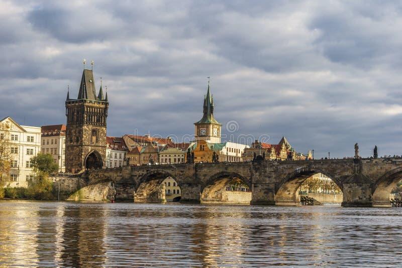 Sceniczny wiosna zmierzchu widok Charles most nad Vltava rzeką w Praga, republika czech zdjęcie royalty free
