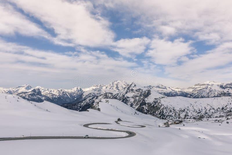 Sceniczny zima krajobraz z skłonami w górach, Giau przepustka ital Passo Di Giau, W?ochy fotografia stock