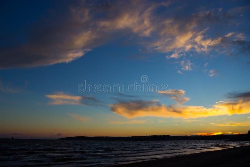 Sceniczny zmierzch nad ocean plażą zdjęcie stock