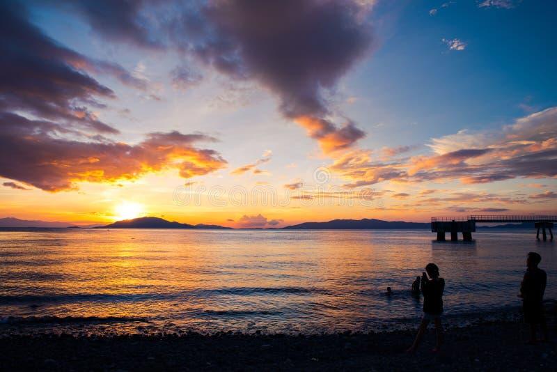 Sceniczny zmierzch przy brzeg Batangas, Filipiny zdjęcia stock