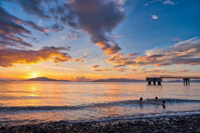 Sceniczny zmierzch przy brzeg Batangas, Filipiny zdjęcia royalty free