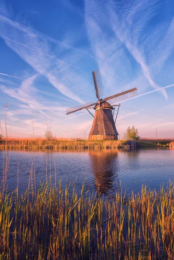 Sceniczny zmierzchu krajobraz z wiatraczkiem i niebem, tradycyjna holenderska wioska młyny Kinderdijk, holandie fotografia stock
