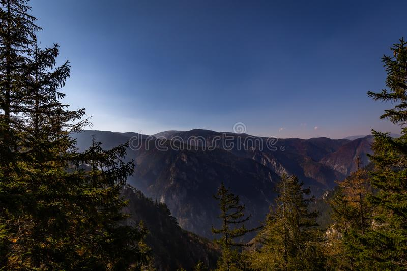 Scenisk aftonsikt från Stadelwand på den Raxalpe dalen med mörkt - blå himmel och grön skog royaltyfria bilder