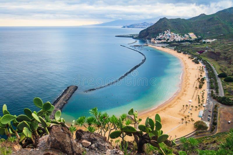 Scenisk bästa sikt av stranden Las Teresitas i Tenerife, Spanien Trave arkivfoton
