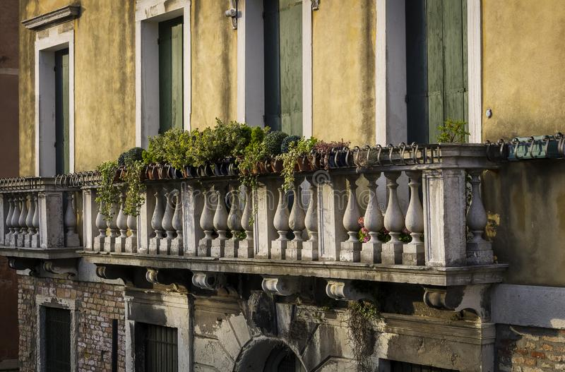 Scenisk balkong i Venedig arkivfoto