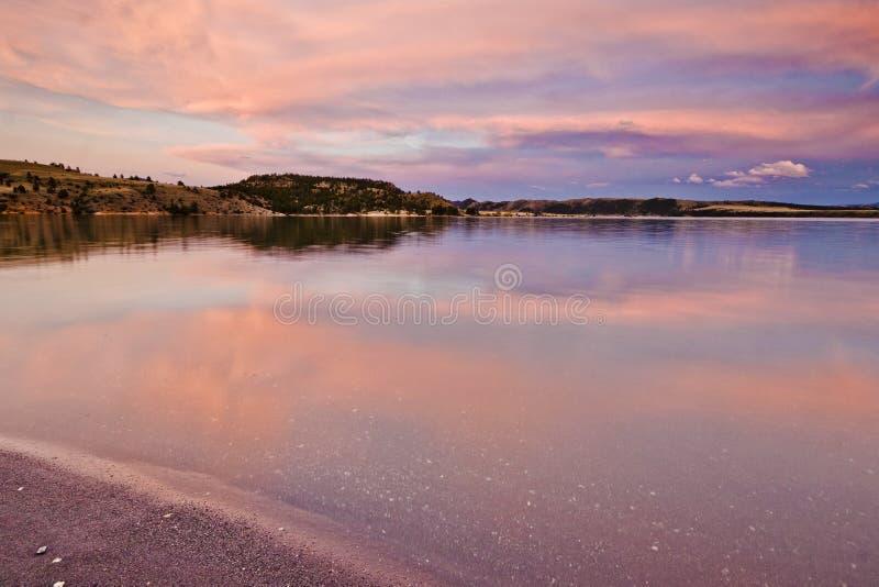 Scenisk berg sjö på solnedgången arkivfoton