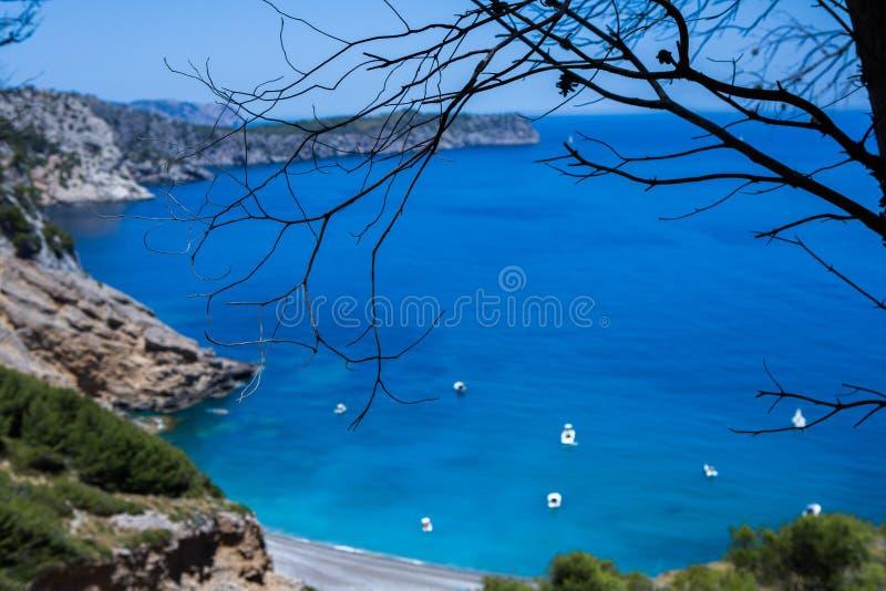 Scenisk bergväg till byn av Sa Calobra, Majorca ö, Spanien V?g i bergen H?rligt landskap royaltyfria bilder
