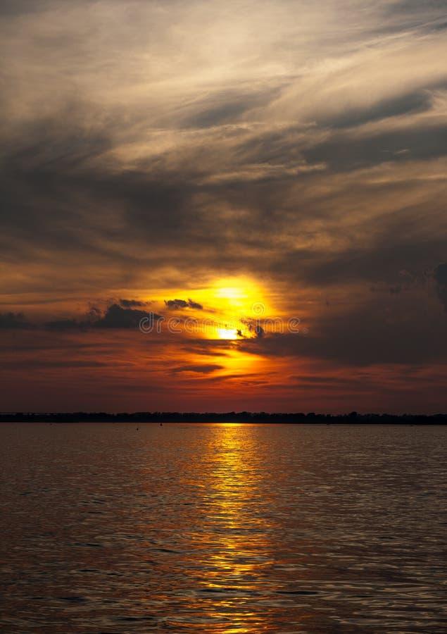 Scenisk brännhet solnedgång för sommarlandskap över den lugna floden arkivfoton
