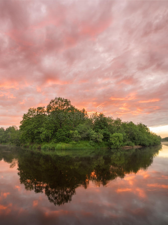 Scenisk brännhet solnedgång för sommarlandskap över den lugna floden arkivbilder