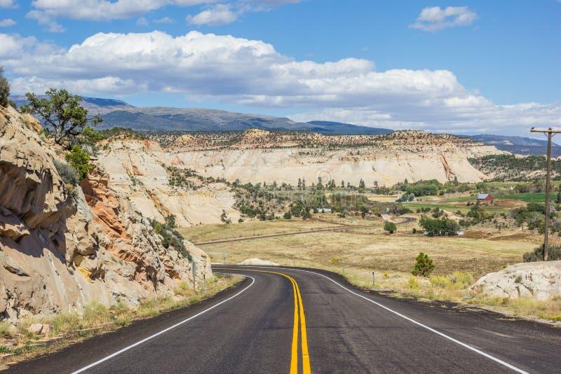 Scenisk byway 12 nära stenblocket i Utah arkivbilder