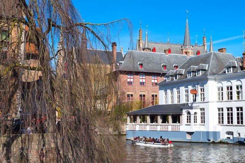 Scenisk cityscape med hus, fartyget och kanalen i Bruges, Belgien arkivfoto