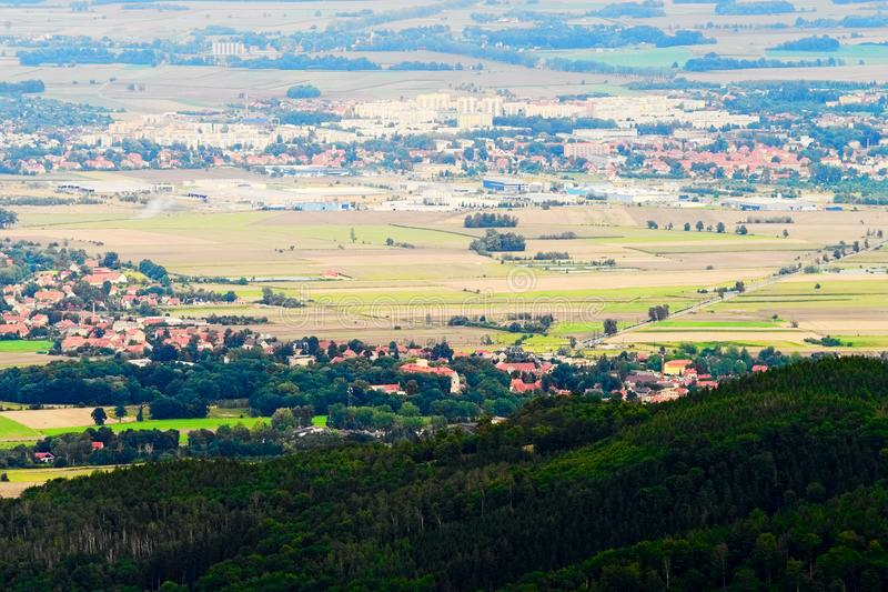 Scenisk dal med vidsträckt panoramasikt av Dzierzoniow och Pieszyce städer i lägre Silesia landskap i Polen royaltyfria bilder