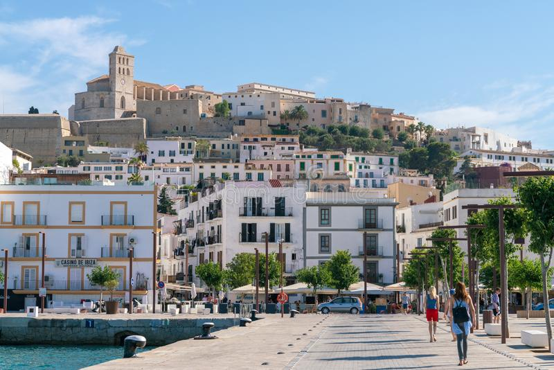 Scenisk Eivissa stadssikt, Spanien royaltyfria bilder