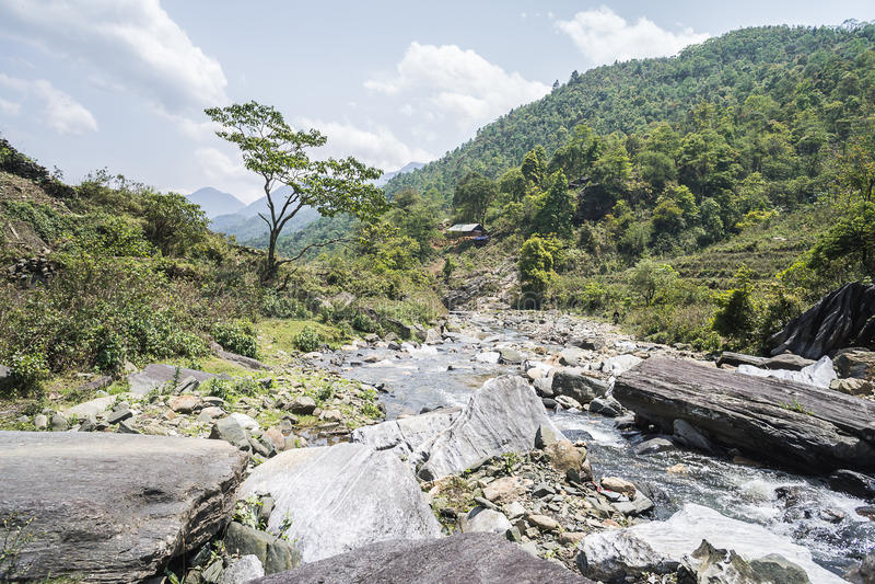Scenisk flodkorsning i Sapa, Vietnam arkivbild